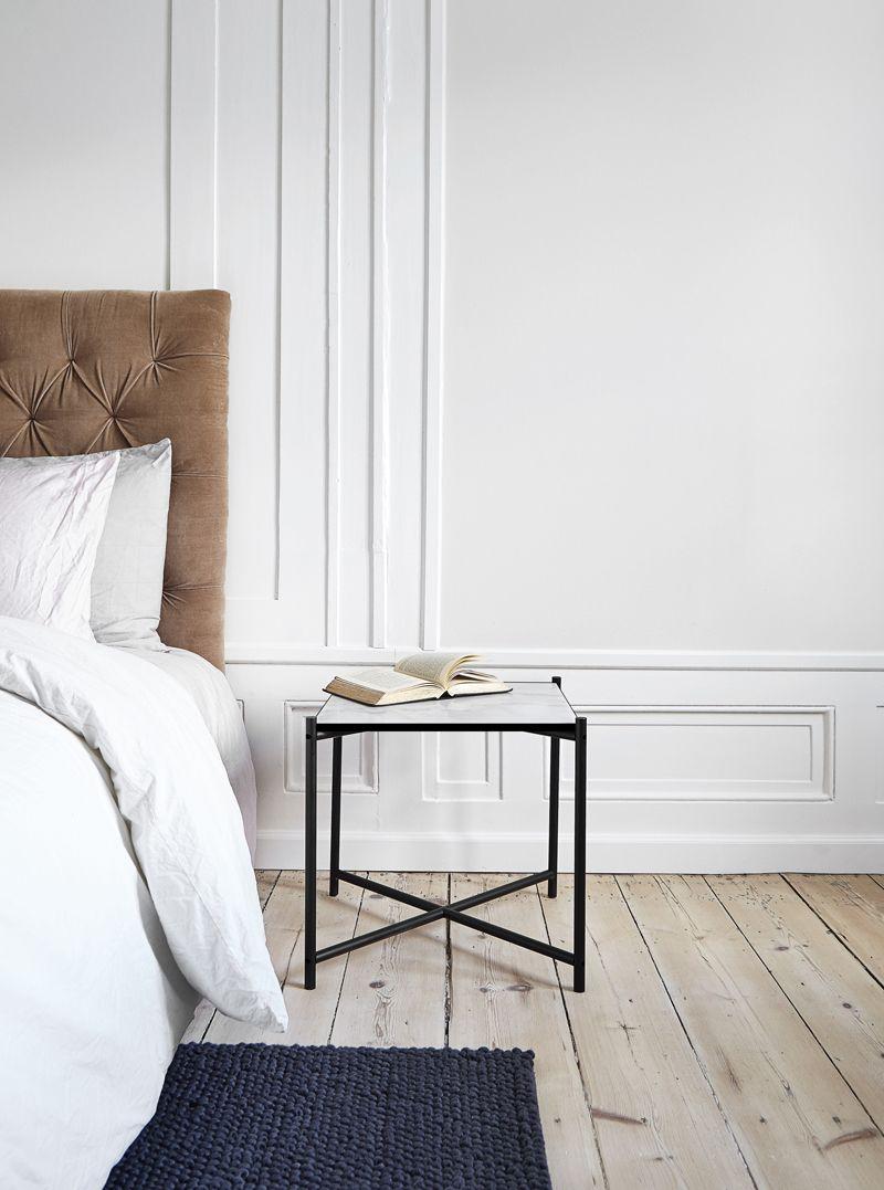 HANDVÄRK Sidebord 48x48 - Hvid Marmor, sort stel  - Hvidt sidebord i marmor