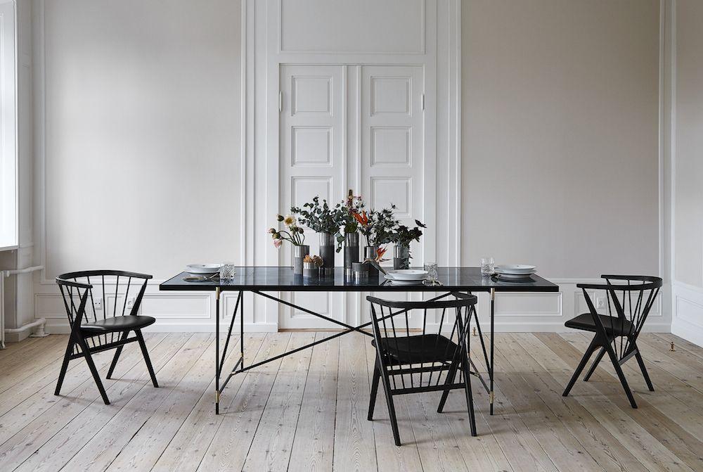HANDVÄRK Spisebord 230x96 - Sort Marmor, messing - Dette elegante spisebord er designet og produceret i Danmark af Emil Thorup og virksomheden Handvärk. Spisebordets bordplade er ganske unik og fremstillet af flere stykker italiensk marmor. Det grønne marmor indeholder smukke mønstre, der gør hvert bord unikt. Stellet på spisebordet er sort og fremstillet med smukke messingdetaljer. Det gyldne messing matcher den grønne bordplade og skaber en helhed i det moderne design.